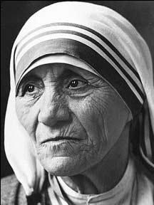 Madre Teresa Seppe fare quello che a nessuno di noi riesce. Piuttosto che immaginare un mondo più giusto, raccoglieva i moribondi per strada e cercava di salvarli. E non gli chiedeva di convertirsi...